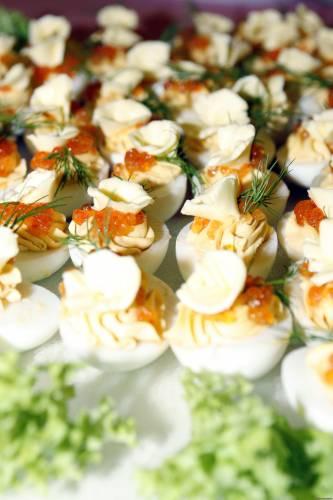 """...закуски и салаты с красной икрой .  Салат  """"Царский """" * 200 г крабовых."""